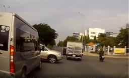 Cố vượt đèn đỏ giữa giao lộ, xế sang tiền tỷ Lexus tông trúng hông xe tải