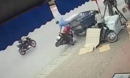 Cắm mặt vào điện thoại khi lái xe máy, nam thanh niên tông thẳng vào ba gác đang bốc hàng