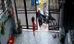 Đôi nam nữ táo tợn xông vào tận cửa nhà giật điện thoại trên tay bé gái