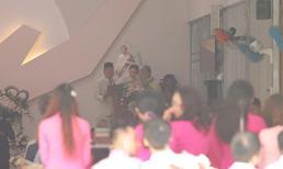 Toàn cảnh lễ rước dâu của Bảo Thy: Cô dâu chú rể hoàn tất thủ tục làm lễ tại nhà thờ, ra về trong sự che chắn kĩ càng của đội ngũ an ninh