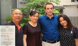 Nghệ sĩ Trung Dân hạnh phúc khoe thiệp cưới của con gái với chồng Tây