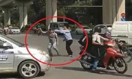 Va chạm giao thông, 2 tài xế lao vào đánh nhau tới chảy máu giữa đường