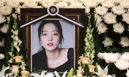 Gia đình, đồng nghiệp tiễn biệt Goo Hara, khóc trong lễ tang kín đáo đưa cố nghệ sĩ về nơi an nghỉ cuối cùng