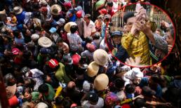 Hàng nghìn người dân xô đẩy, chen lấn để nhận quà và tiền trước biệt thự của Ngọc Sơn