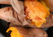 Làm món khoai lang nướng bằng nồi cơm điện ngon ngoài mong đợi