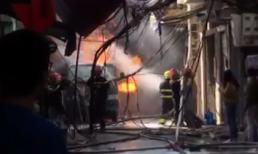 Bình gas phát nổ gây cháy lớn trên phố Hà Nội
