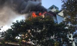 Cháy lớn tại quán Karaoke trên phố Hà Nội, nghi do đốt vàng mã