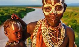 Bộ lạc nguyên thủy mạnh nhất thế giới: xé xác dã thú bằng tay, ngồi xổm để sinh con cái