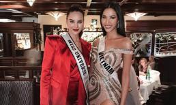 Fans Việt phấn khích trước khoảnh khắc Hoàng Thùy đọ dáng cùng Miss Universe 2018