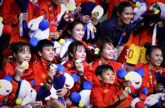 Hủy lịch bay, tuyển nữ ở lại cổ vũ U22 Việt Nam đá chung kết với Indonesia