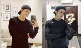 Cùng đứng một tư thế chụp ảnh, Gil Lê giống Jun Phạm như hai anh em sinh đôi