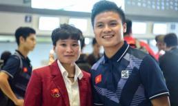 Quang Hải chụp ảnh cùng phiên bản nữ của mình cũng là cầu thủ bóng đá