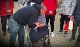 HLV Park Hang-seo bật khóc khi về thăm mẹ già 97 tuổi ở Hàn Quốc