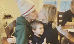 Vợ chồng Justin Bieber gây sốt với màn khóa môi siêu ngọt nhưng biểu cảm của nhân vật vô tội ngồi giữa hai người mới gây chú ý