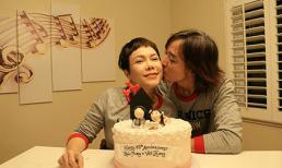 Diện đồ đôi ngọt ngào, vợ chồng Việt Hương hôn má tình tứ kỉ niệm 15 năm ngày yêu nhau