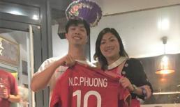 Cô gái H'Mông Lò Thị Mai khoe được Công Phượng tặng áo đấu tại Bỉ