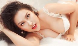Phi Thanh Vân mặc đồ lót khoe ba vòng ngồn ngộn trên giường ngủ
