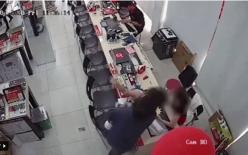 Đang bế con nhỏ, người đàn ông bỗng vung tay tát thẳng vào mặt nữ nhân viên gây bức xúc