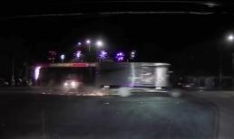 Xe máy cố vượt đèn đỏ bị ô tô tải tông kinh hoàng, 1 phụ nữ tử vong tại chỗ