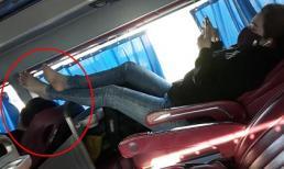 Gái xinh có đôi chân hư trên chiếc xe giường nằm khiến dân tình ngán ngẩm