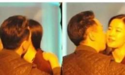 """Sự thật hình ảnh """"Tiểu Long Nữ"""" Lưu Diệc Phi ôm hôn người đàn ông lạ mặt ở chốn công cộng"""