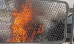 Ô tô bốc cháy ngùn ngụt trên đường Hà Nội gây xôn xao