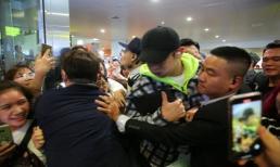 Vừa đến Việt Nam đã bị xô đẩy dữ dội, Chanyeol và Sehun tức giận hét lớn: 'Để tôi đi'