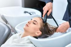 3 sai lầm khi gội đầu khiến chất lượng tóc ngày càng xấu và rụng nhiều