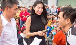 Vợ chồng Công Vinh - Thủy Tiên công khai trao gần 1 tỷ cho hơn 600 công nhân về quê ăn Tết
