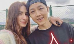 Song Hye Kyo vừa bị dính nghi vấn bắt cá hai tay trong quá khứ, Song Joong Ki liền xuất hiện tình cảm bên gái Tây xinh đẹp
