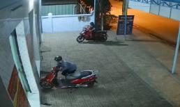 Cặp đôi đang chở con nhỏ nhanh tay bẻ khóa, ăn trộm xe máy nhanh như chớp