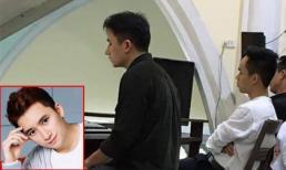 Hình ảnh Phan Mạnh Quỳnh mặc giản dị ngày Tết, chơi đàn trong nhà thờ ngày mùng 1 Tết