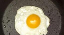 Khi ốp trứng, đừng chỉ thêm dầu, thêm một thứ nữa, trứng không bị dính chảo và có vị mềm ngon hơn