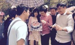 Hình ảnh hiếm hoi Nhã Phương mừng sinh nhật bên Trường Giang và đoàn phim 49 ngày, nhìn mặt đúng có số phu thê