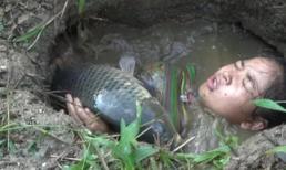 Cô gái bất ngờ 'vớ' phải cá to khi đang tắm sông