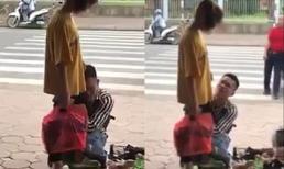 Clip nam thanh niên quỳ gối khóc lóc, ôm chân bạn gái không rời dù bị tát liên tiếp khiến dân mạng xôn xao