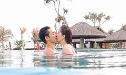 Khánh Thi - Phan Hiển hôn nhau đắm đuối dưới bể bơi