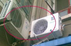 Cục nóng điều hòa tuyệt đối không lắp trên tường như thế này! Đây là những lý do khiến bạn phải hối hận!