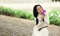 BTV Hoài Anh diện áo dài trắng nữ sinh trẻ trung như gái mười tám, đôi mươi