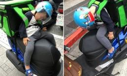 'Cay mắt' trước hình ảnh ông bố đơn thân chở theo con trai 3 tuổi đi khắp nơi để ship hàng