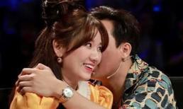 Đi quay chương trình, Trấn Thành vẫn tranh thủ ôm Hari Won mùi mẫn