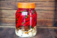 Khi ngâm tỏi ớt, đừng chỉ cho muối và rượu, hãy cho thêm những thứ này vào, ớt sẽ thơm và cay, đủ vị!