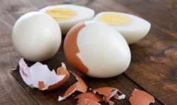 """Sau khi luộc trứng, bạn đừng chỉ dùng nước lạnh để ngâm, hãy đổ thêm """"1 thứ"""" nữa, khi chạm vào vỏ trứng sẽ bong rơi ra!"""