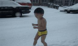 Cậu bé 3 tuổi trần truồng chạy trên tuyết 9 năm trước 'gây sốt' giờ ra sao?