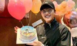 Song Joong Ki lần đầu xuất hiện trong ngày sinh nhật, bị nhận xét xuống sắc với da bóng dầu