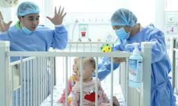 MC Quyền Linh đến thăm hai bé Trúc Nhi - Diệu Nhi trước khi được xuất viện