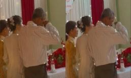 Khoảnh khắc cha già không dám chụp ảnh, khóc nức nở tiễn con gái về nhà chồng gây xúc động