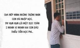 Hình ảnh người cha nghèo nép mình nhìn con nhập học, tay run run cầm cọc tiền lẻ khiến dân mạng ứa lệ