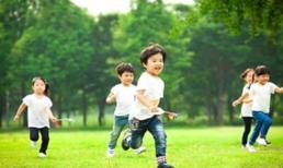 Đối với những đứa trẻ thường xuyên 'đi chơi' và 'ở nhà', mười năm sau, khoảng cách giữa hai trẻ rất rõ ràng