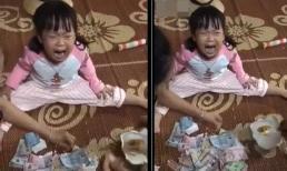 Bố đập lợn đất lấy tiền ủng hộ miền Trung, bé gái gào khóc vì lý do cực đáng yêu này!